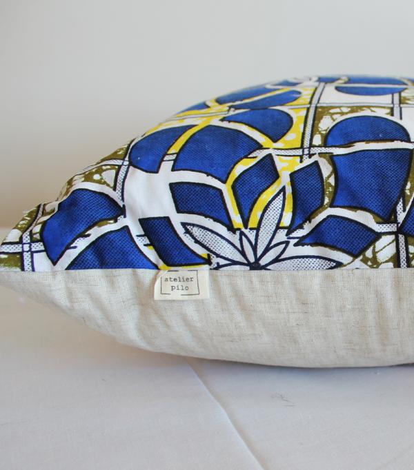 le flower power coussin wax bleu et jaune. Black Bedroom Furniture Sets. Home Design Ideas