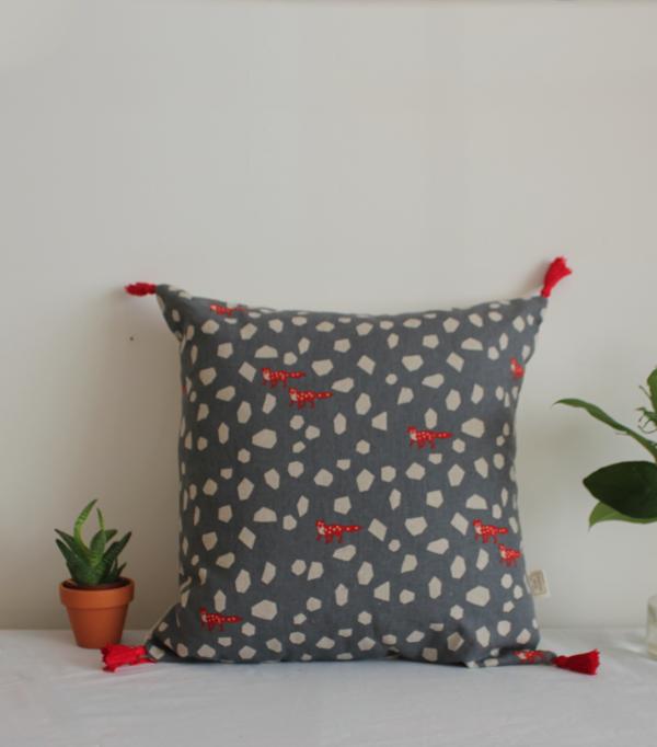 le fox in the forest coussin renard rouge et gris. Black Bedroom Furniture Sets. Home Design Ideas